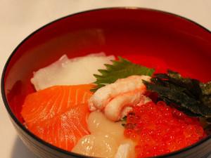 碗饭淋上生鱼片
